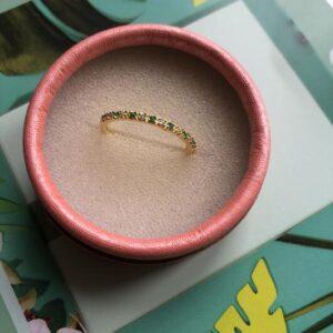 Ring i guld med grøn og klar sten